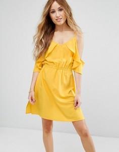 Короткое приталенное платье с открытыми плечами и оборками Boohoo Petite - Желтый