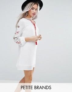 Свободное платье с вышивкой на рукавах Glamorous Petite - Кремовый