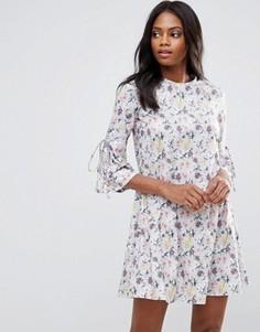Платье А-силуэта с цветочным принтом и рукавами клеш QED London - Мульти