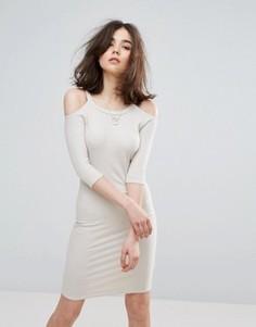 Облегающее платье с открытыми плечами NYTT - Кремовый