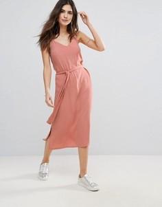 Платье на бретелях с поясом Soaked in Luxury - Розовый