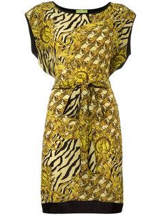 платье с принтом и поясом Versace Jeans