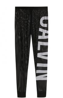 Перфорированные брюки с надписью Calvin Klein