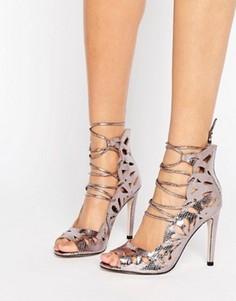 Туфли на каблуке и шнуровке с открытыми носком и вырезами Little Mistress - Серебряный