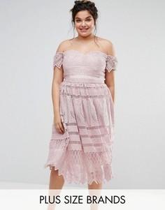 Кружевное платье миди с открытыми плечами Chi Chi London Plus - Розовый