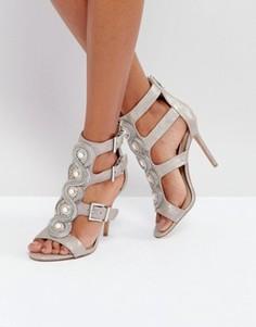 Босоножки на каблуке с вырезами и золотистыми пряжками Forever Unique - Серебряный