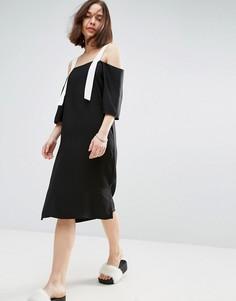 Платье-комбинация с открытыми плечами и контрастными бретельками ASOS - Черный