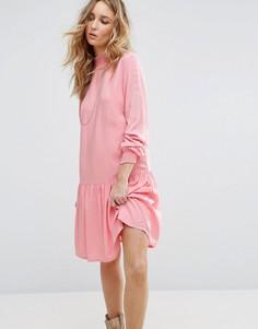 Свободное платье с высокой горловиной и баской Vila - Розовый