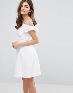 Короткое приталенное платье с открытыми плечами и бантами Miss Selfridge - Белый