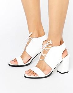Белые босоножки на каблуке со змеиным принтом Glamorous - Белый