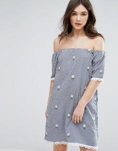 Платье с клетку с открытыми плечами и вышитыми цветами QED London - Темно-синий