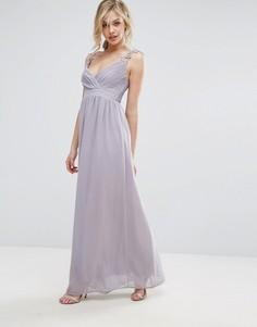 Плиссированное платье макси с ажурными бретельками Club L Bridesmaid - Серый