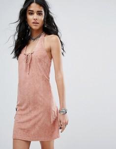 Замшевое платье с бретелью-петлей на шее Glamorous - Розовый