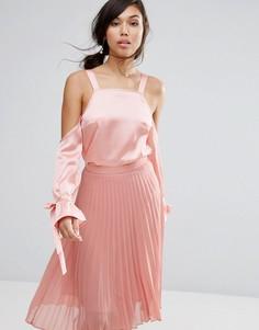 Атласный топ с открытыми плечами Fashion Union - Розовый