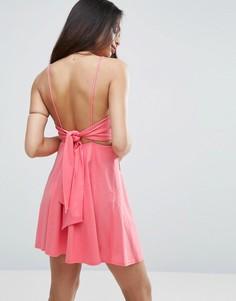 Короткий приталенный сарафан с завязкой на спине ASOS - Розовый