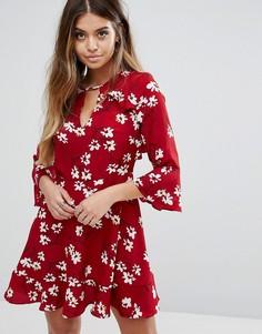 Чайное платье с цветочным принтом и оборками Boohoo - Красный