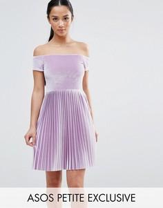 Бархатное платье с открытыми плечами и юбкой плиссе ASOS PETITE - Фиолетовый