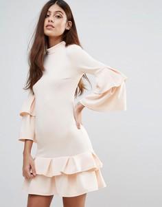 Платье с высоким воротом и оборками Club L - Бежевый