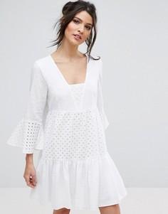 Летнее платье с расклешенными рукавами и вышивкой BCBG - Белый