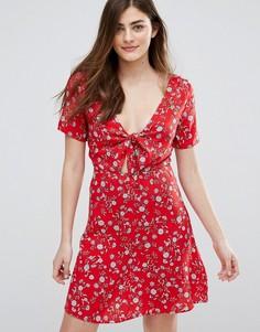 Короткое приталенное платье с завязкой на груди и цветочным принтом New Look - Красный