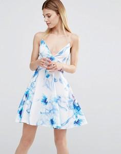 Короткое приталенное платье на бретельках с цветочным принтом AX Paris - Мульти