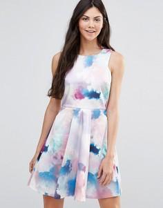 Короткое приталенное платье с принтом облаков Yumi - Мульти