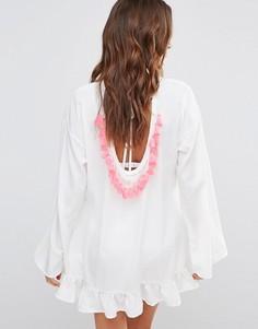 Свободное платье с оборкой и кисточками Boohoo - Белый