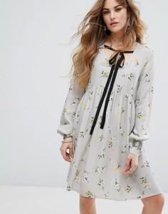 Свободное платье с цветочным принтом и контрастной завязкой Nobodys Child - Серый