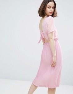 Платье миди с плиссировкой и бантом на спине Monki - Фиолетовый