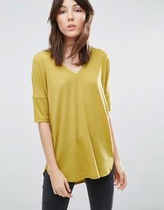 Oversize-футболка в рубчик с V-образным вырезом и удлиненным краем ASOS - Желтый