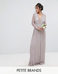 Плиссированное платье макси с длинными рукавами, кружевными вставками и отделкой на талии TFNC Petite Wedding - Серый