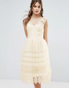 Платье миди с кружевными вставками Chi Chi London - Кремовый