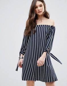Платье в полоску с открытыми плечами и завязками на рукавах QED London - Синий