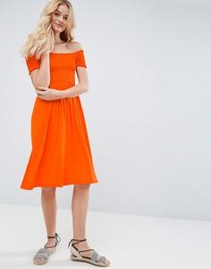 Сарафан миди с открытыми плечами и сборками ASOS - Оранжевый