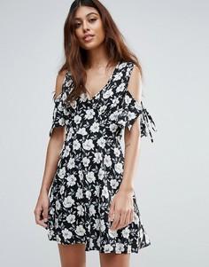 Платье с цветочным принтом, открытыми плечами и бантиками на рукавах Influence - Черный