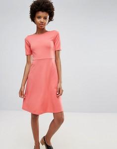 Приталенное платье с расклешенной юбкой короткими рукавами Ichi - Красный