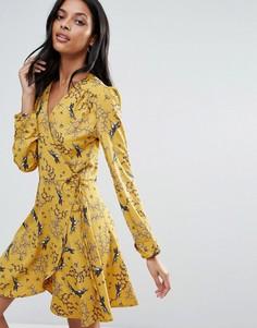 Платье с длинными рукавами, запахом и принтом ласточек Liquorish - Желтый