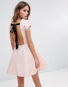 Короткое приталенное платье с бантом на спине Boohoo - Розовый