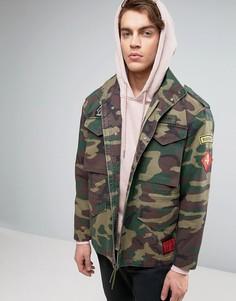 Куртка милитари с четырьмя карманами, камуфляжным принтом и нашивкам ASOS - Зеленый