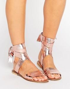 Кожаные сандалии с завязками на голени ASOS FAMOUS - Золотой