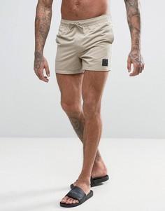 Укороченные шорты для плавания песочного цвета с резиновой нашивкой ASOS - Бежевый