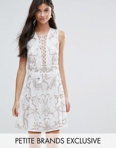 Короткое приталенное платье с цветочной отделкой и шнуровкой Maya Petite - Белый