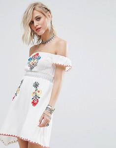 Платье с открытыми плечами и вышивкой Glamorous - Белый