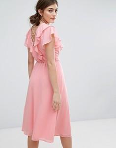 Платье миди с рюшами и решетчатым дизайном на спине New Look - Розовый