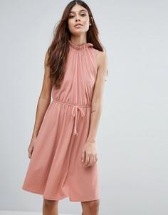 Платье с высоким воротом и присборенной талией Club L - Розовый