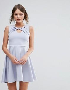 Плиссированное приталенное платье с перекрученной отделкой Club L - Синий