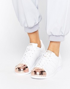 Белые кроссовки со вставкой цвета розового золота на носке adidas Originals Superstar - Белый