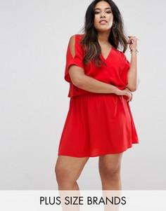Платье с открытыми плечами и разрезом на спине Boohoo Plus - Красный