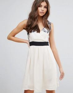 Короткое приталенное платье с контрастным поясом Pussycat London - Кремовый
