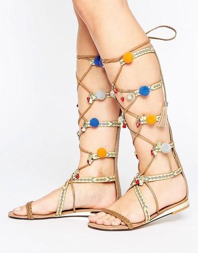 Высокие сандалии-гладиаторы с помпонами Glamorous - Мульти